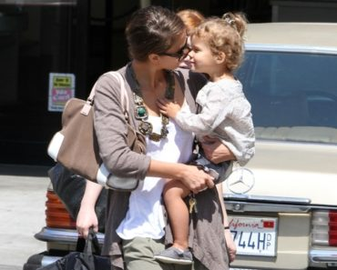 Jessica Alba Goes Shopping With Daughter Honor Marie - August 3, 2010