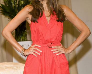 "Eva Mendes Promotes Her Home Decor Brand ""Vida"" at Sears Toronto Eaton Centre on September 17, 2010"