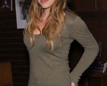 "Hilary Duff's ""Elixir"" Book Signing at Barnes & Noble in Los Angeles on October 19, 2010"