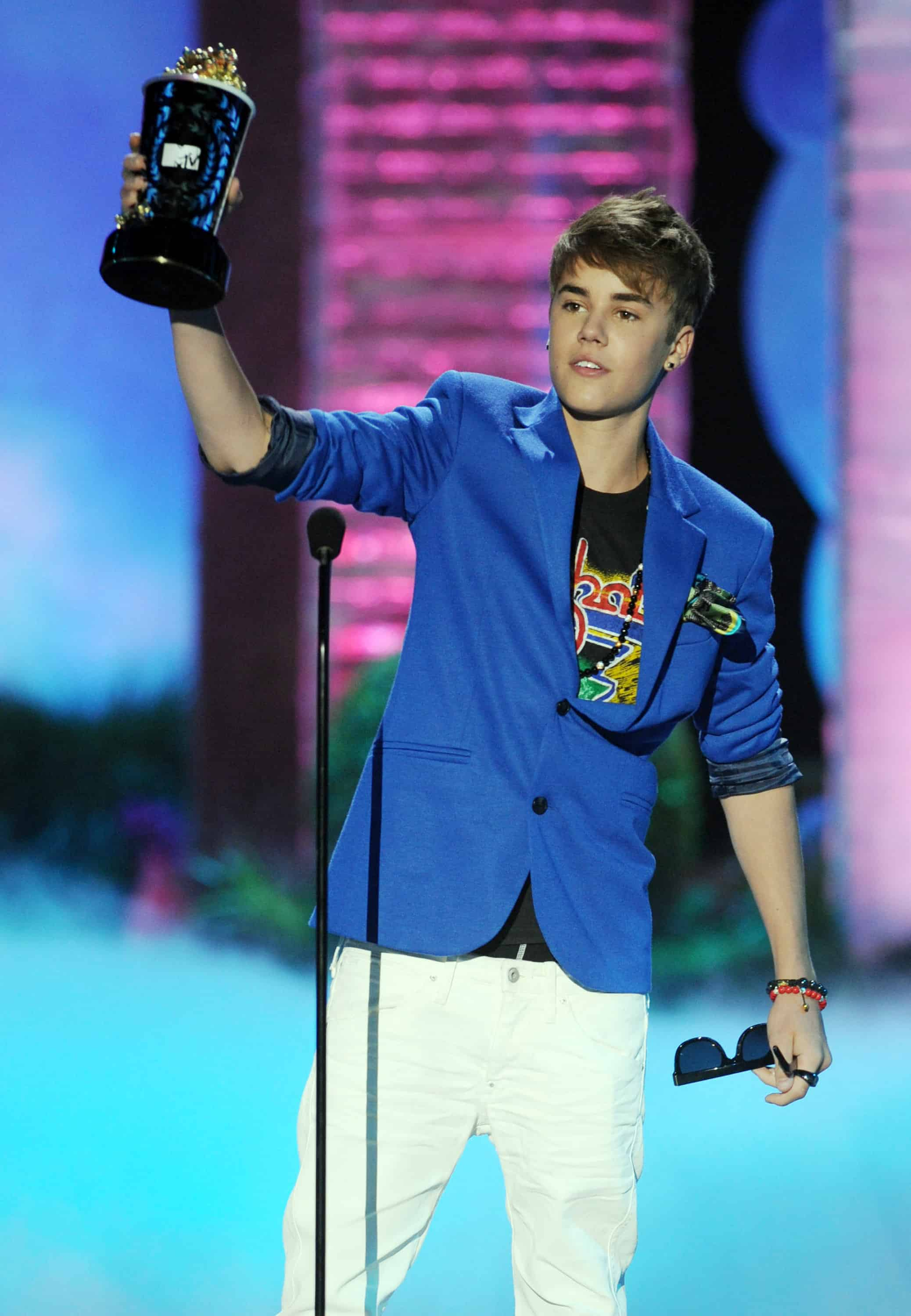 Who is justin bieber dating at the moment