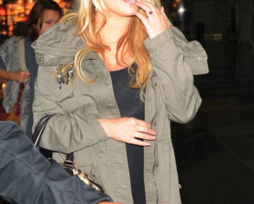 Jessica Simpson Lands At JFK Looking Pregnant