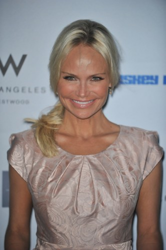 kristin chenoweth released from hospital after set