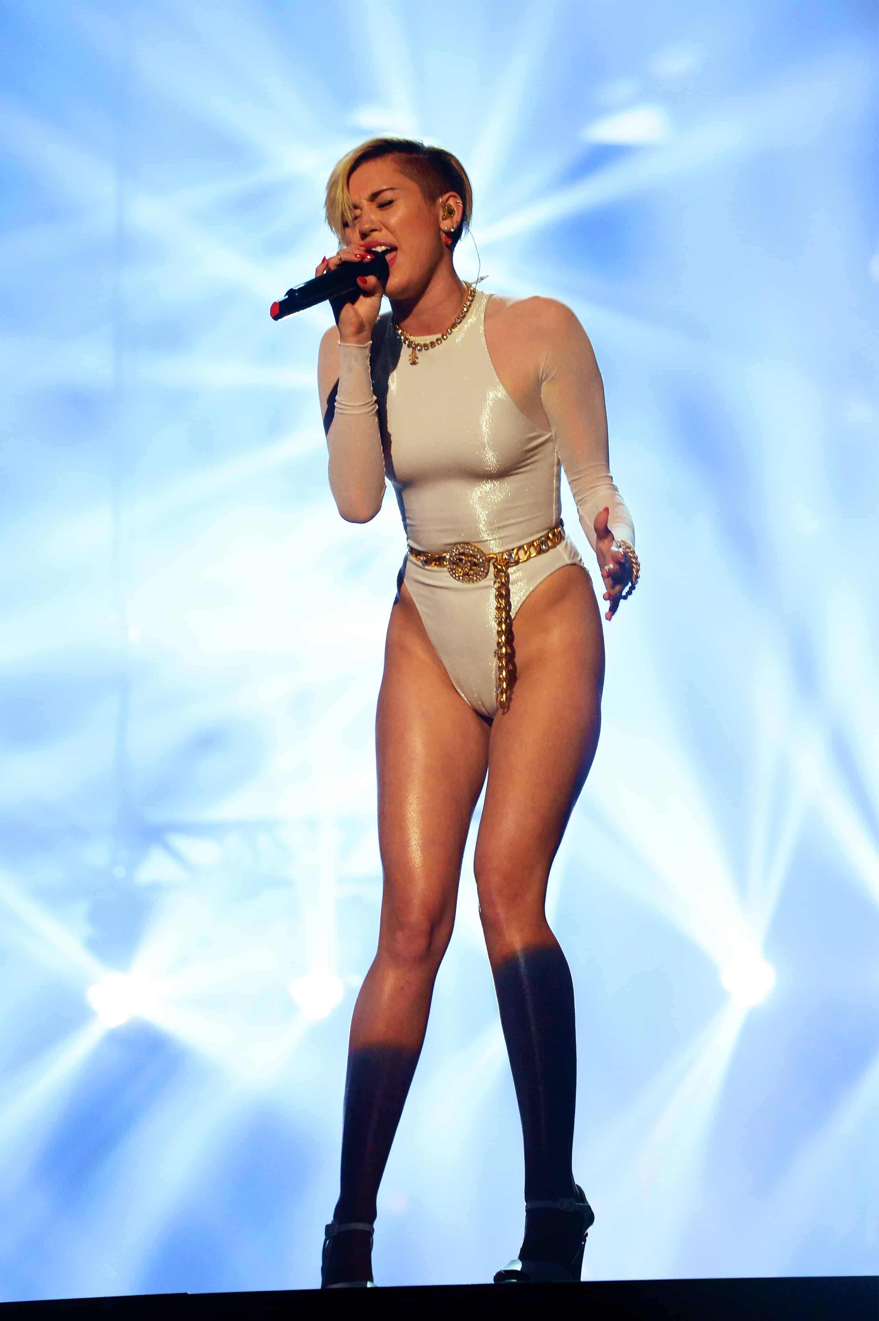 bc2ccf5d33 Miley Cyrus Smokes Joint On Stage During Acceptance Speech ...