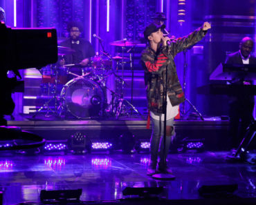 THE TONIGHT SHOW STARRING JIMMY FALLON -- Episode 0321 -- Pictured: Musical guest Justin Bieber performs with The Roots on September 2, 2015 -- (Photo by: Douglas Gorenstein/NBC)