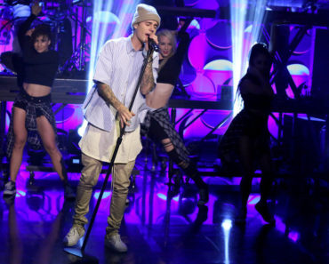 THE TONIGHT SHOW STARRING JIMMY FALLON -- Episode 0369 -- Pictured: Musical guest Justin Bieber performs on November 17, 2015 -- (Photo by: Douglas Gorenstein/NBC)