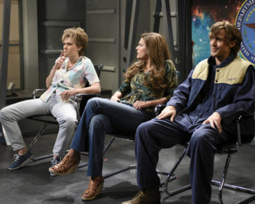 "SATURDAY NIGHT LIVE -- ""Ryan Gosling"" Episode 1690 -- Pictured: (l-r) Kate McKinnon, Cecily Strong, and Ryan Gosling during the ""Close Encounter"" sketch on December 5, 2015 -- (Photo by: Dana Edelson/NBC)"